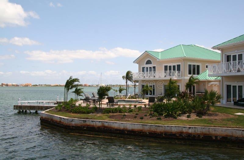 Caraïbische Flatgebouwen met koopflats stock foto's