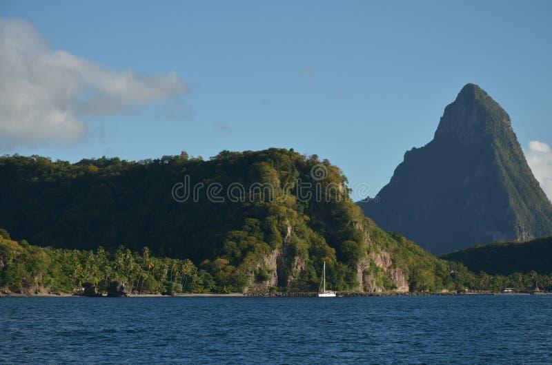 Cara?bische groene Bergen die dichtbij St Lucia varen royalty-vrije stock afbeelding