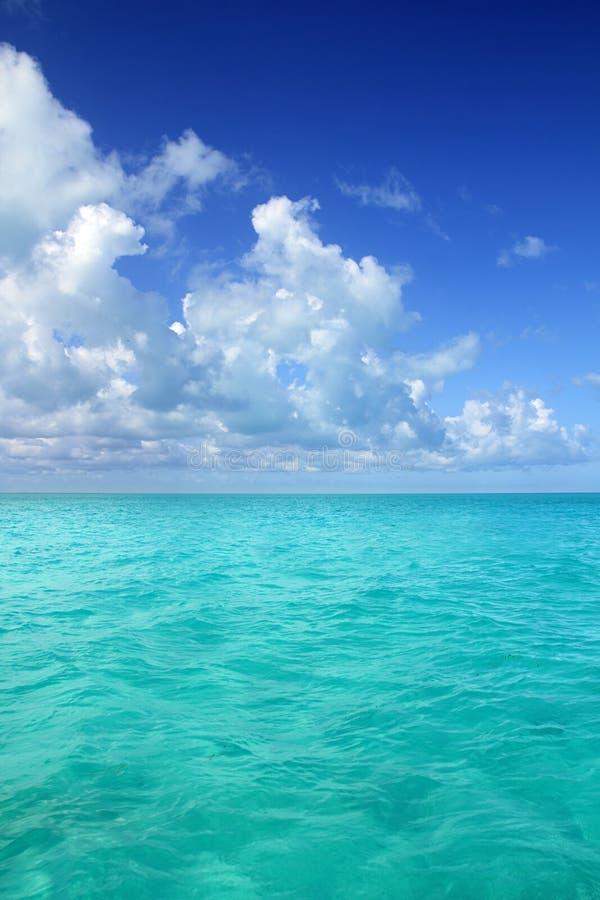 Caraïbische overzeese horizon op de blauwe dag van de hemelvakantie stock afbeelding