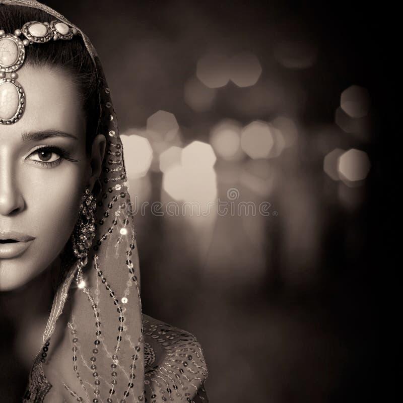 Cara étnica da mulher da beleza Retrato monocromático imagem de stock