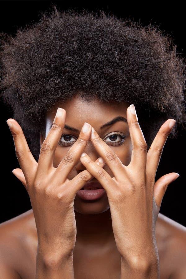 Cara africana de la cubierta de la belleza con las manos imagenes de archivo