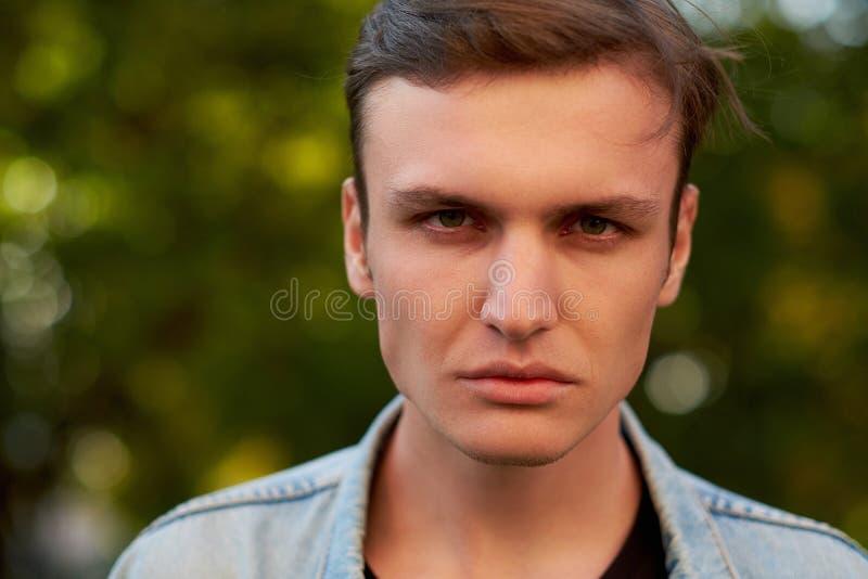 Cara agressiva irritada do homem foto de stock