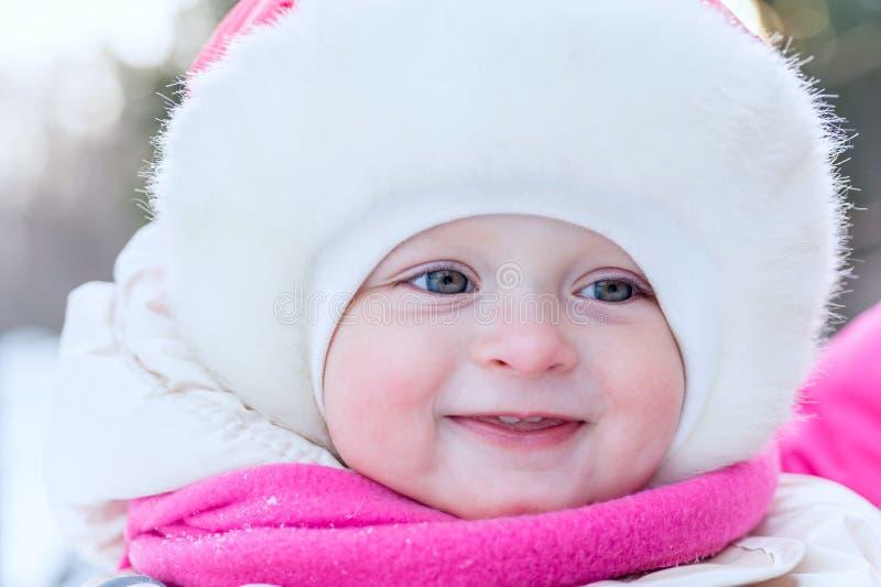 Cara al aire libre del retrato de un pequeño bebé en un primer del casquillo adentro en t imágenes de archivo libres de regalías