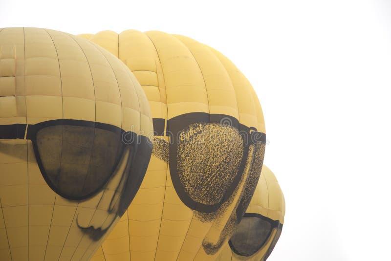 A cara amarela balloons a descolagem no festival internacional Ballonfiesta do balão imagens de stock royalty free