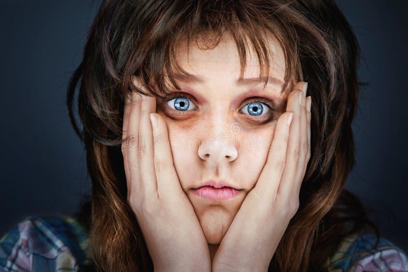 Cara ansiosa y cansada de una mujer enferma imagen de archivo libre de regalías