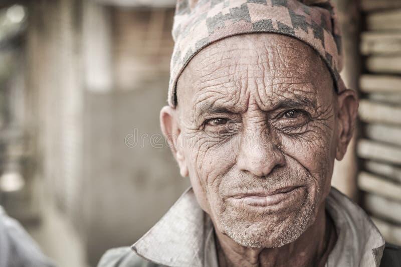 Cara arrugada en Nepal imagen de archivo