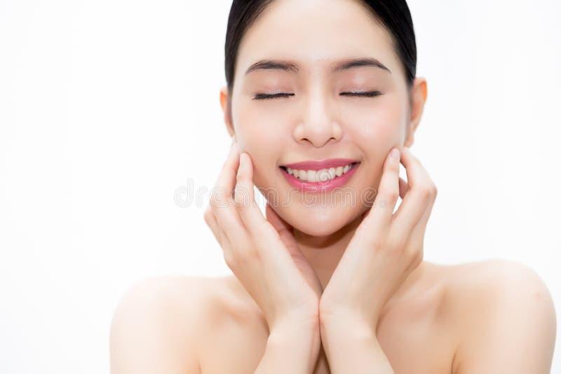 Cara asiática da beleza nova, mulher bonita isolada sobre o fundo branco Cuidados médicos e conceito de Skincare foto de stock royalty free