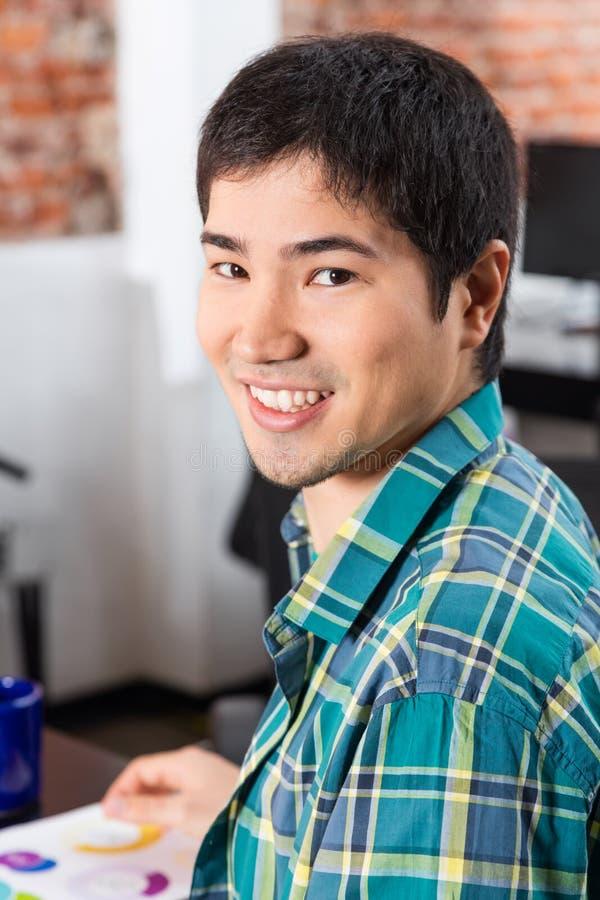 Cara asiática do homem, escritório ocasional do homem de negócios fotos de stock royalty free