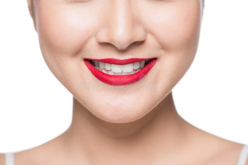Cara asiática hermosa con los labios rojos sobre blanco foto de archivo