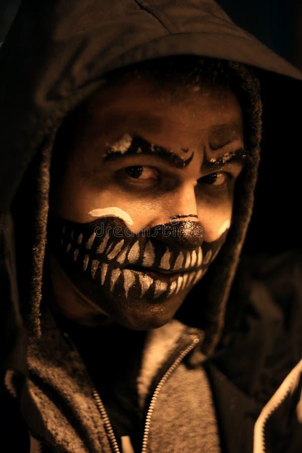 Cara assustador na obscuridade no Dia das Bruxas imagens de stock