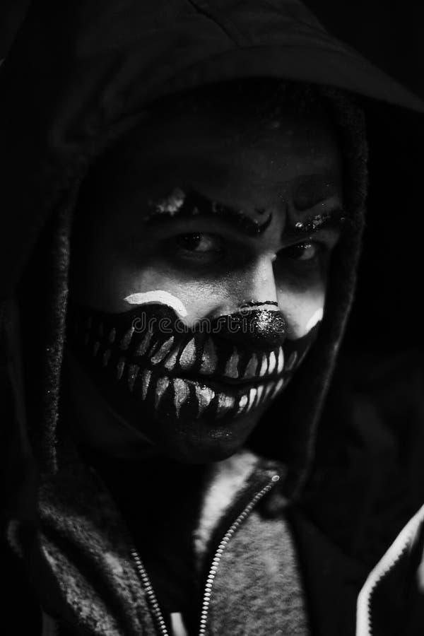 Cara assustador na obscuridade no Dia das Bruxas fotos de stock royalty free