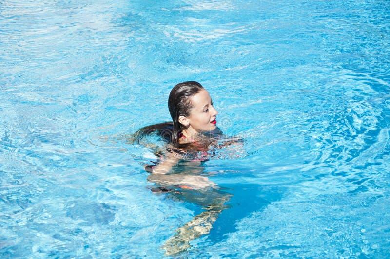 Caraïbische zee Dope Spa in pool Vakantie van de zomer en reis naar de maldiven Miami strand is zonnig Swag meisje met rode lippe royalty-vrije stock foto's