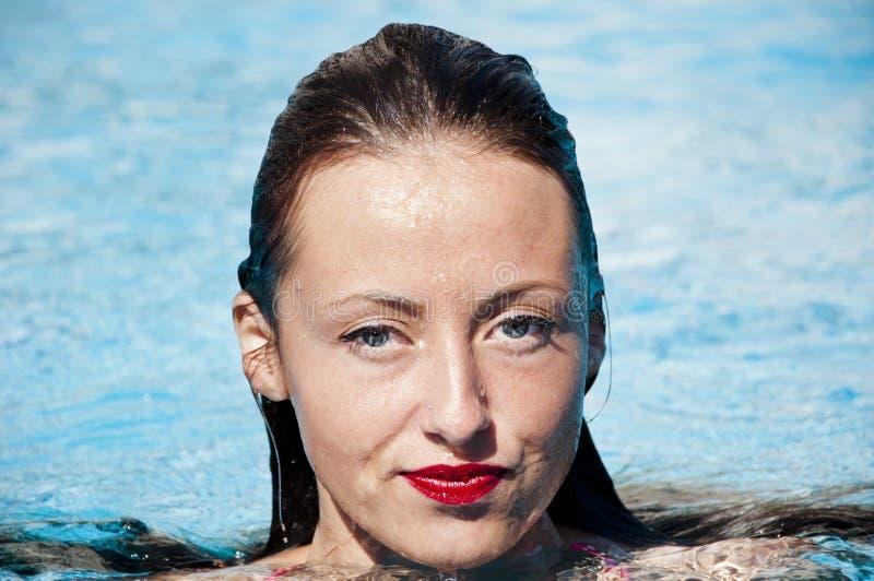 Caraïbische overzees dope Kuuroord in pool Het strand van Miami is zonnig swag Meisje met rode lippen en nat haar Vrouw in zwemba royalty-vrije stock foto's