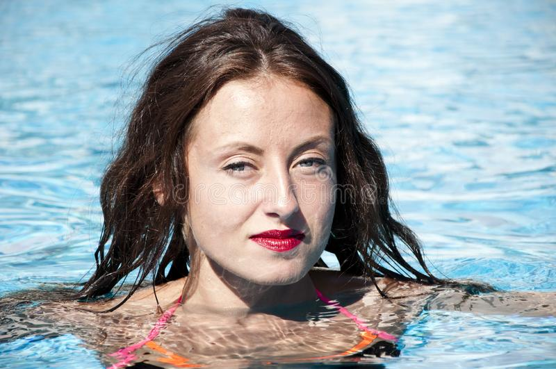 Caraïbische overzees dope Kuuroord in pool Het strand van Miami is zonnig swag Meisje met rode lippen en nat haar Vrouw in zwemba stock fotografie