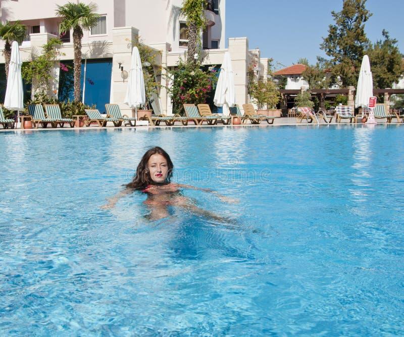 Caraïbische overzees dope Kuuroord in pool Het strand van Miami is zonnig swag Meisje met rode lippen en nat haar Vrouw in zwemba stock foto's