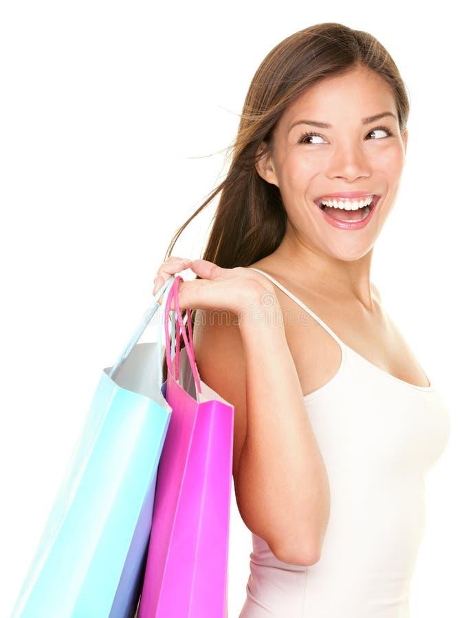 Cara blanca de mirada feliz de la mujer de las compras en