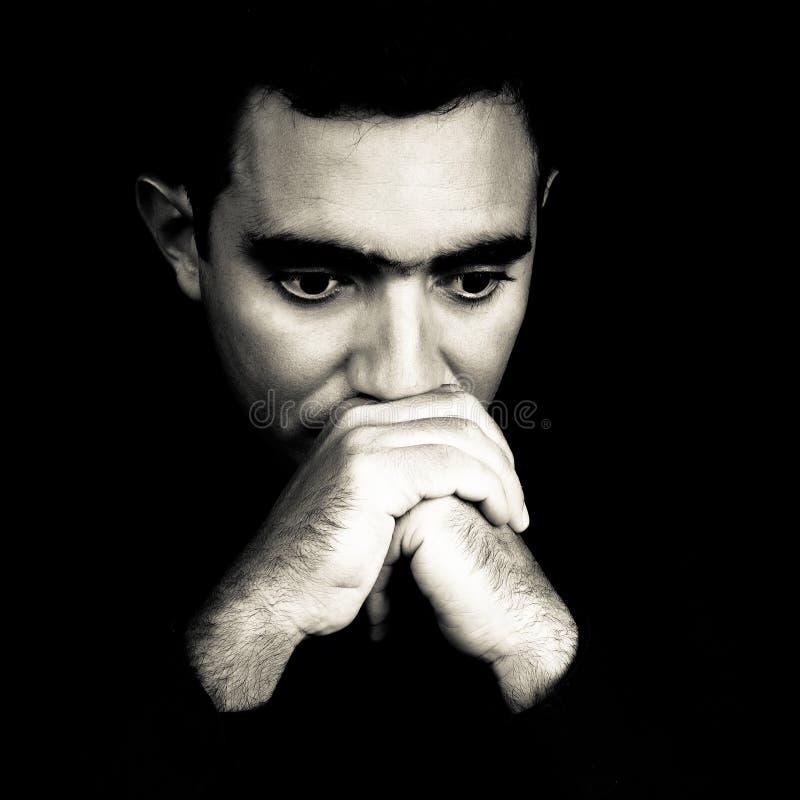 Cara blanco y negro de un hombre joven preocupante fotos de archivo