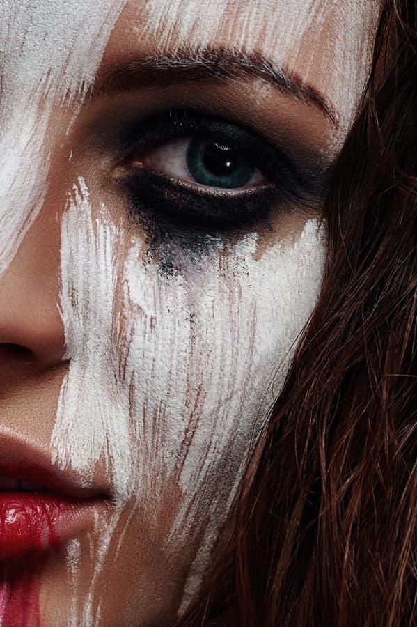 Cara bonita com pintura manchada branco imagens de stock royalty free