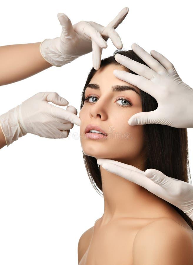 Cara bonita da jovem mulher após a cirurgia plástica e mãos do doutor em luvas médicas imagem de stock royalty free