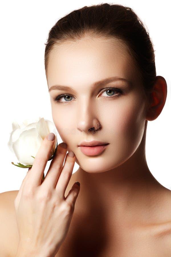 A cara bonita da jovem mulher bonita com aumentou nas mãos - branco fotografia de stock royalty free