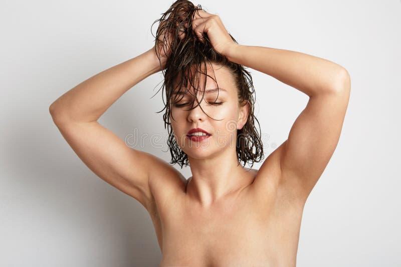 Cara bonita da jovem mulher com fim fresco limpo da pele acima no branco imagens de stock royalty free