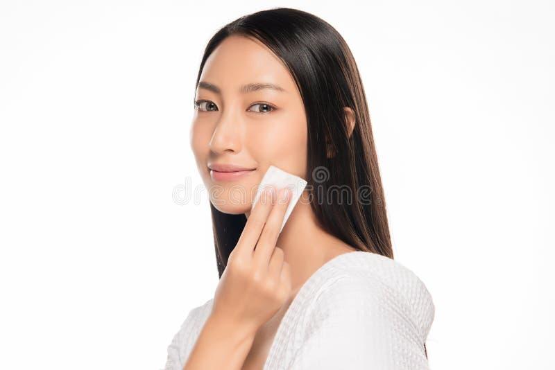 Cara bonita da jovem mulher com fim fresco limpo da pele acima no branco Retrato da beleza Sorriso bonito da mulher dos termas pe foto de stock royalty free