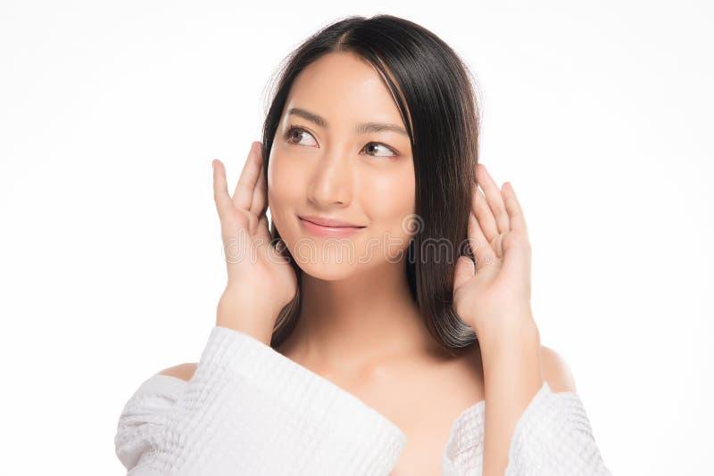 Cara bonita da jovem mulher com fim fresco limpo da pele acima no branco Retrato da beleza Sorriso bonito da mulher dos termas pe fotografia de stock