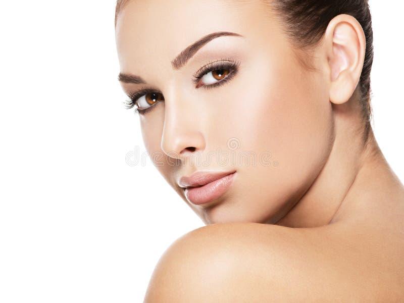Cara bonita da jovem mulher com pele fresca da saúde fotografia de stock royalty free
