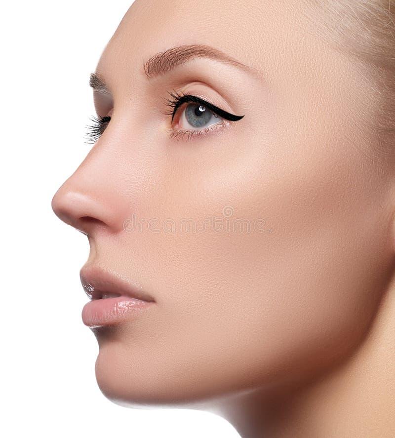 Cara bonita da jovem mulher com pele fresca limpa fotografia de stock royalty free