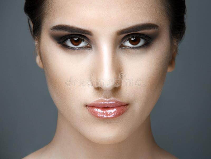 Cara bonita da jovem mulher com pele fresca limpa fotos de stock