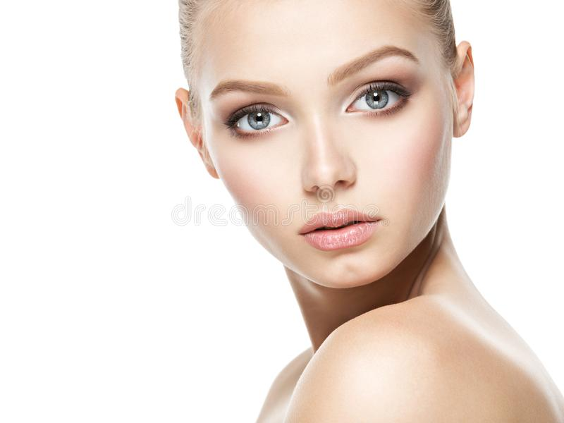 Cara bonita da jovem mulher com pele limpa saudável fotos de stock