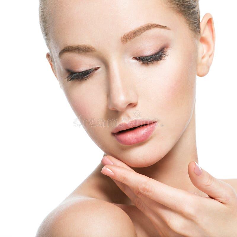 Cara bonita da jovem mulher com pele perfeita da saúde fotografia de stock