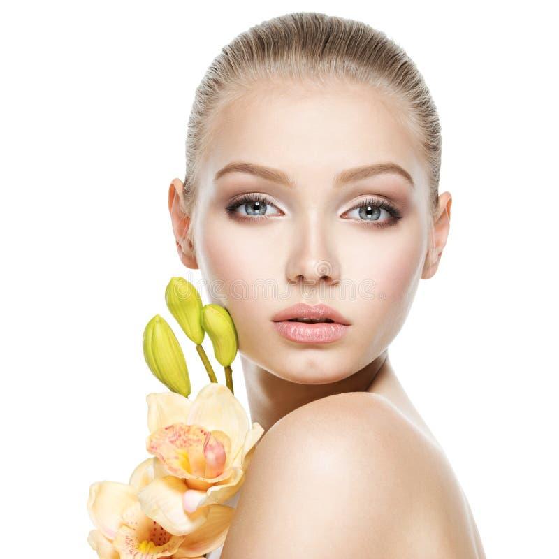 Cara bonita da jovem mulher saudável com flores imagens de stock royalty free
