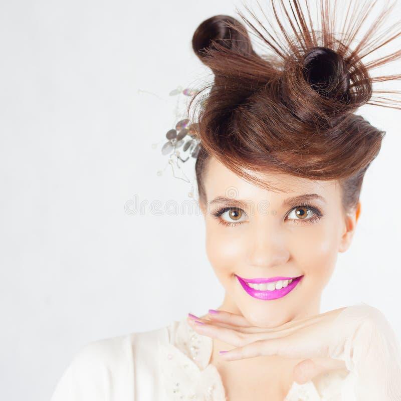 Cara bonita da menina da forma com penteado extravagante, verniz para as unhas colorido imagem de stock royalty free