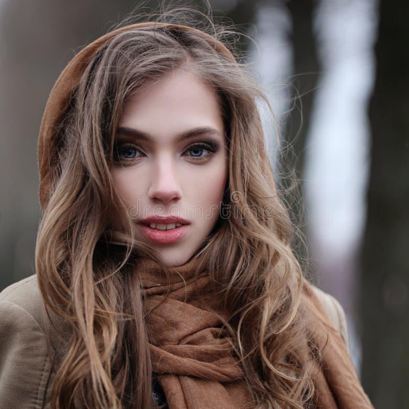 Cara bonita da mulher com cabelo leve, fora retrato fotografia de stock royalty free