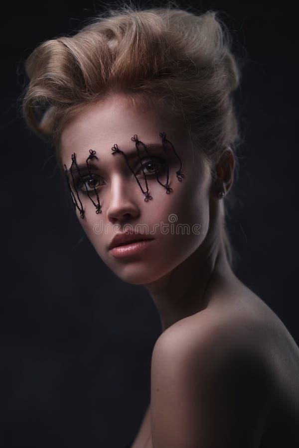 A cara bonita da mulher com criativo compõe fotografia de stock royalty free
