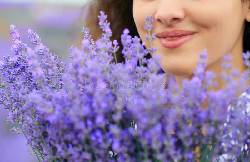 Cara bonita da mulher com flor da alfazema foto de stock