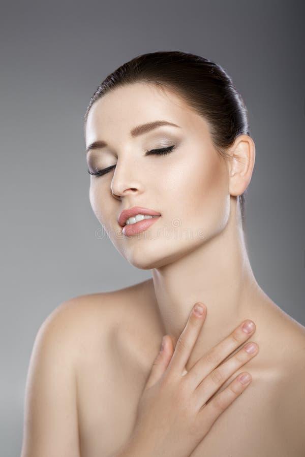 A cara bonita da mulher com olhos azuis e limpa a pele fresca Retrato dos termas imagem de stock royalty free