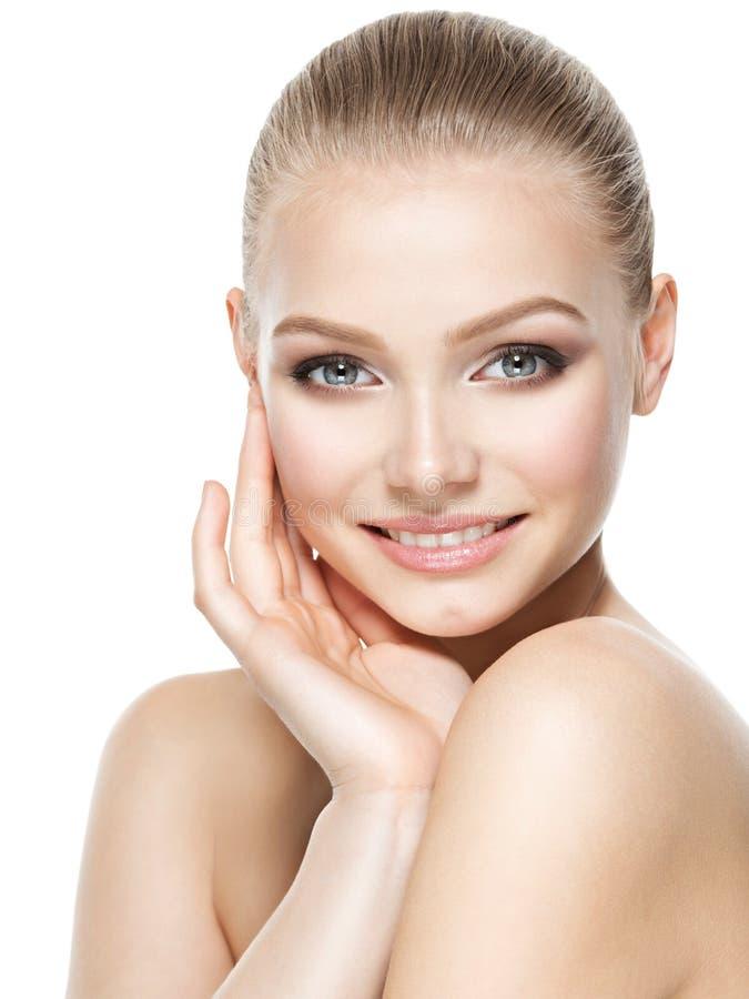 Cara bonita da mulher de sorriso com pele fresca limpa imagens de stock royalty free