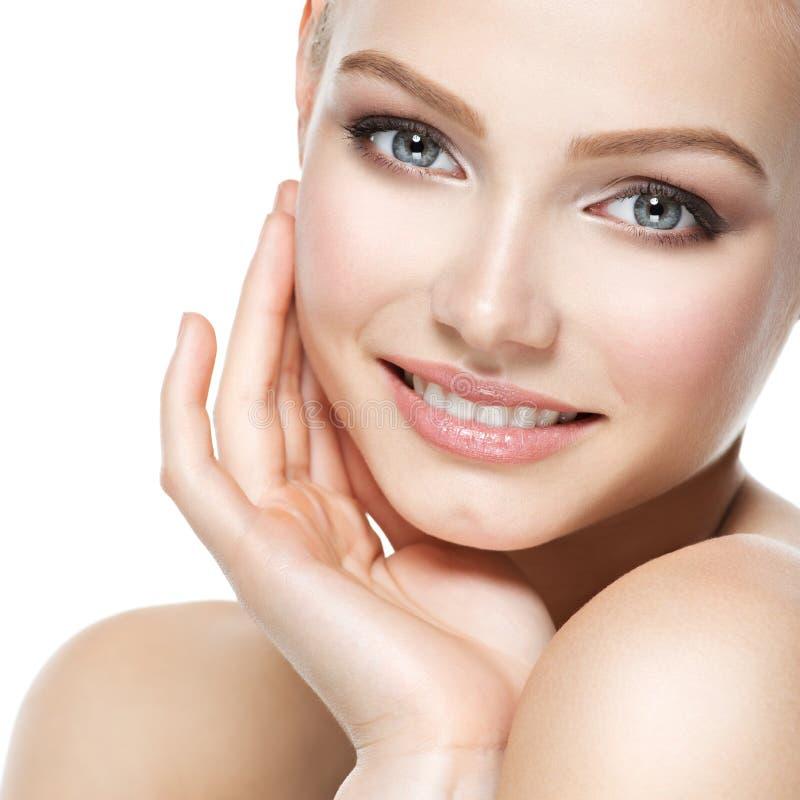 Cara bonita da mulher de sorriso com pele fresca limpa fotos de stock royalty free