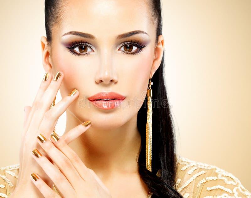 Cara bonita da mulher do encanto com composição do olho roxo imagem de stock
