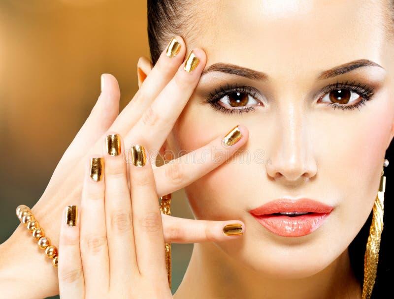 Cara bonita da mulher do encanto com composição do olho roxo fotografia de stock