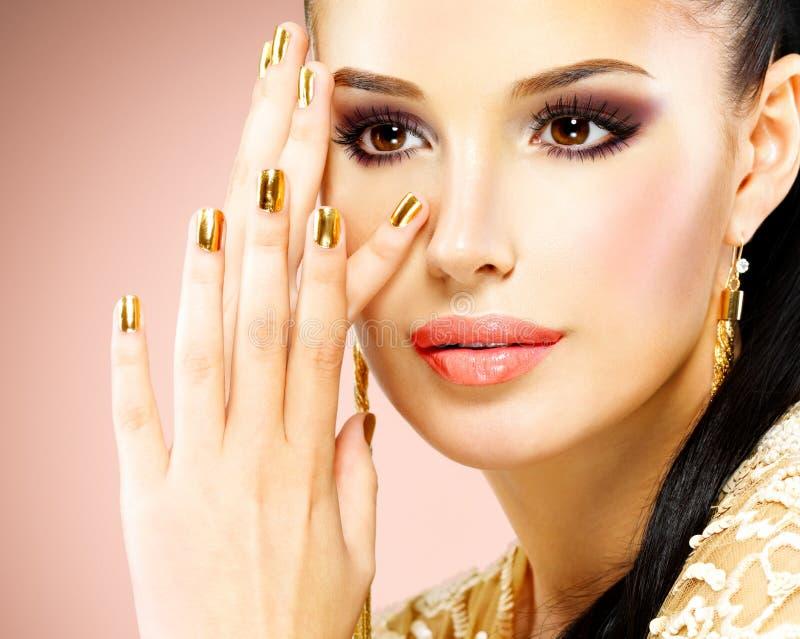 Cara bonita da mulher do encanto com composição do olho roxo foto de stock