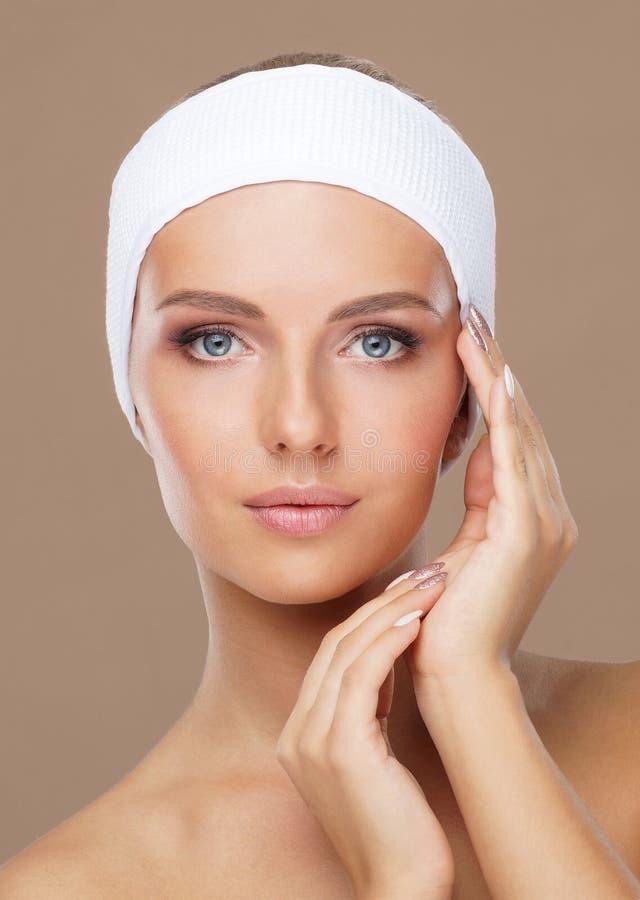 Cara bonita da mulher nova e saud?vel Levantamento dos cuidados com a pele, dos cosméticos, da composição, da tez e de cara fotos de stock royalty free