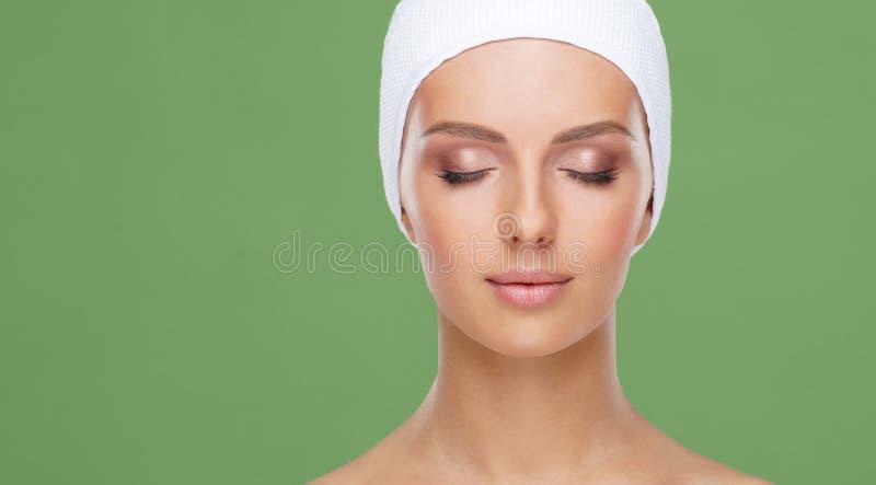 Cara bonita da mulher nova e saud?vel Levantamento dos cuidados com a pele, dos cosméticos, da composição, da tez e de cara imagens de stock royalty free
