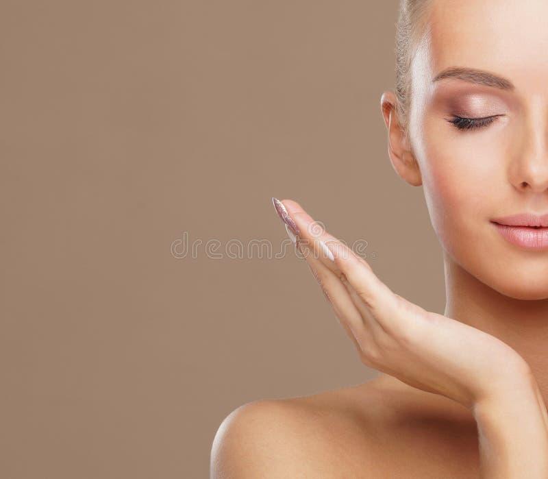 Cara bonita da mulher nova e saud?vel Levantamento dos cuidados com a pele, dos cosméticos, da composição, da tez e de cara fotografia de stock