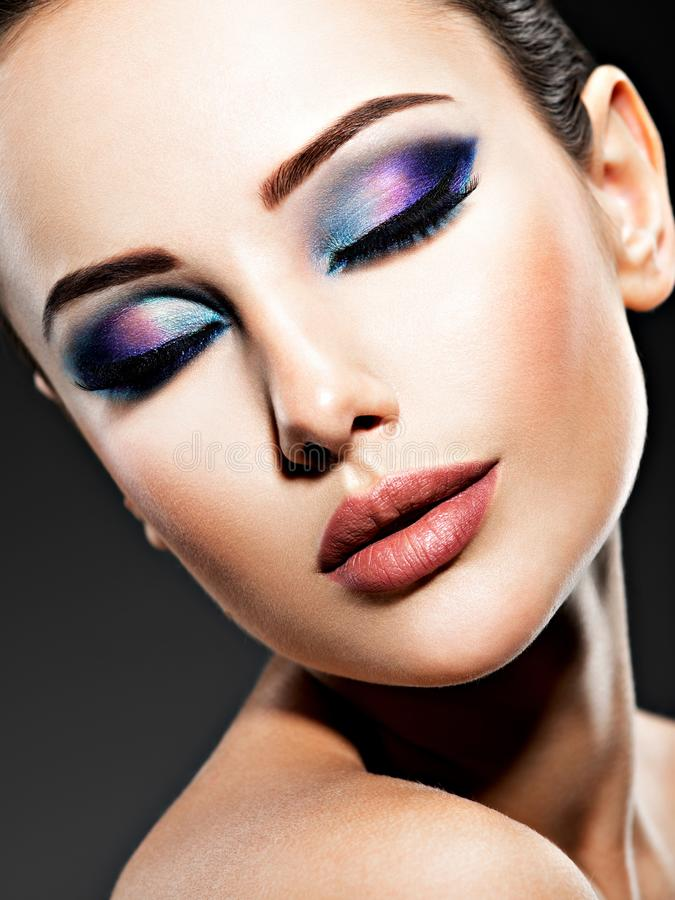 Cara bonita de uma jovem mulher com composição azul dos olhos fotos de stock