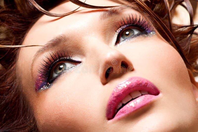 Cara bonita de uma mulher do encanto fotos de stock royalty free