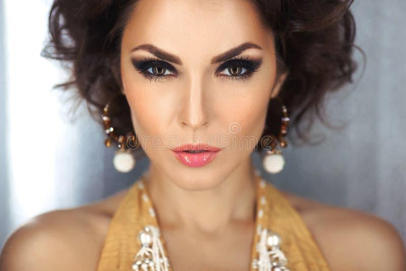 A cara bonita de uma mulher do encanto com olhos fumarentos prepara Moça do retrato da beleza imagem de stock