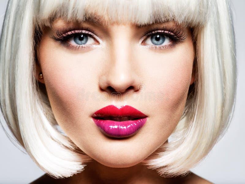 Cara bonita do ` s da menina com composição profissional Bordos vibrantes MU fotos de stock